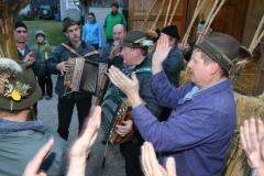 Darsteller der Schab beim Poschn und Musizieren.  Foto: Martin Huber