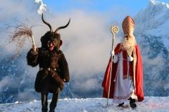 Krampus und Nikolaus vor Kulisse des Grimmings, Foto: Martin Huber