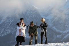 Pfarrer, Bettelmann und Tod vor Kulisse des Grimmings, Foto: Johann Aster
